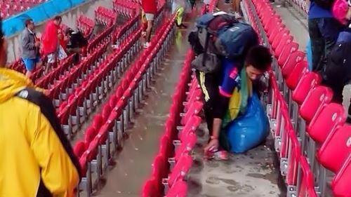Torcedores japoneses recolhem lixo depois de jogo